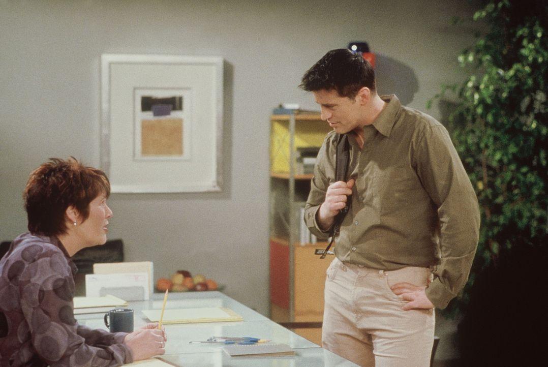 Joey (Matt LeBlanc, r.) hat die Aussicht auf die Hauptrolle in einem Film: Möglichst authentisch soll er einen katholischen Einwanderer verkörpern. - Bildquelle: TM+  2000 WARNER BROS.