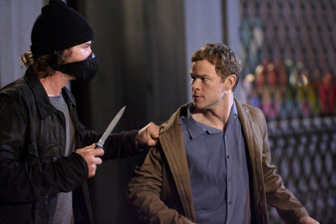 Wer wird Jimmy (Aaron Ashmore, r.) vor dem Räuber (Brad Turner, l.) retten? - Bildquelle: Warner Bros.