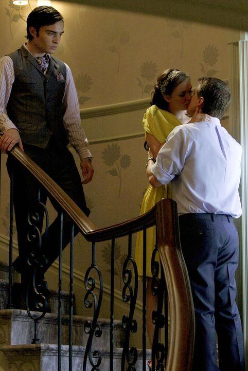 Blair (Leighton Meester, M.) ist immer noch glücklich mit ihrem Lord (Patrick Heusinger, r.). Chuck (Ed Westwick, l.) erträgt das junge Glück nur sc... - Bildquelle: Warner Brothers