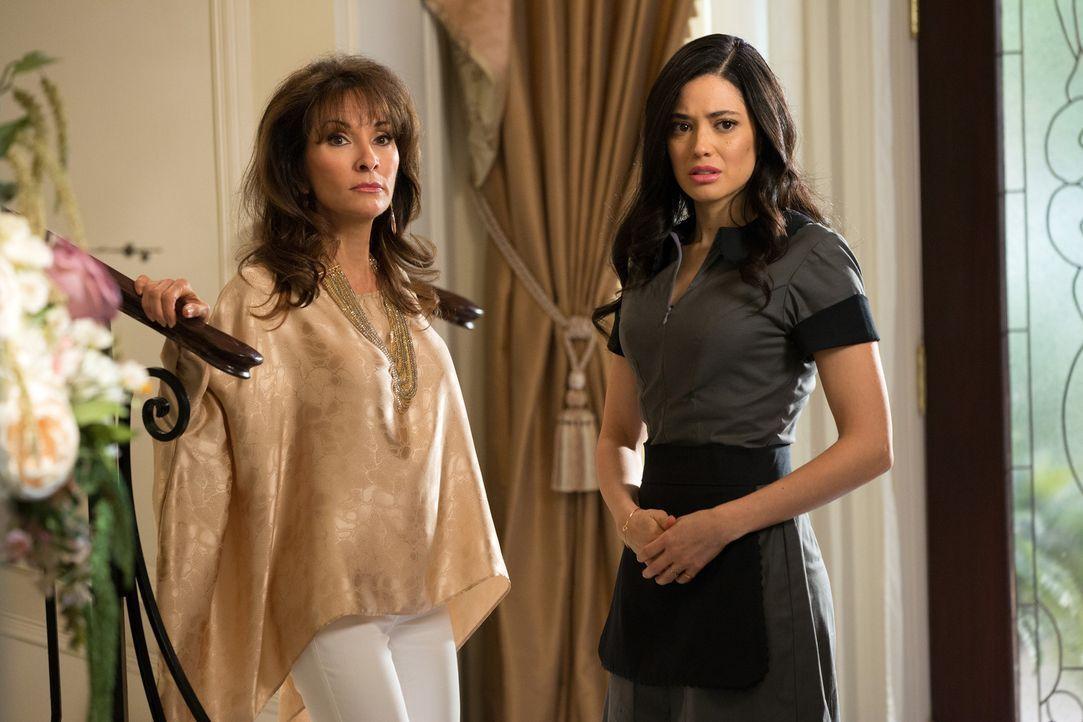 Als Genevieve (Susan Lucci, l.) bei Valentina (Edy Ganem, r.) die Rückkehr von Remi und seine Krankheit erwähnt, bringt sie damit einige Steine ins... - Bildquelle: 2014 ABC Studios