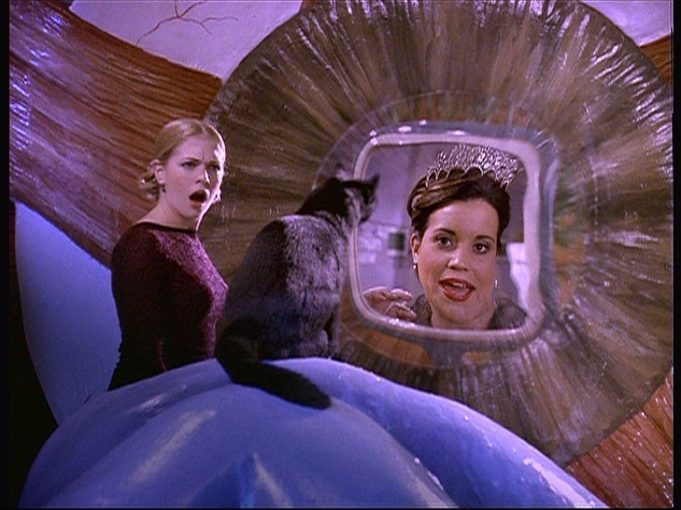 Salem und Sabrina (Melissa Joan Hart, l.) geraten mit einem Spielzeugraumschiff in Libbys (Jenna Leigh Green, r.) Nase und dann in ihr Gehirn. - Bildquelle: Paramount Pictures