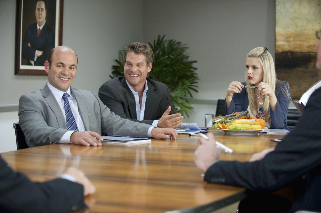 Bobbys (Brian Van Holt, M.) Geschäftsidee findet großes Interesse bei Roger. Er beschließt, Bobby die Idee aufzukaufen. Laurie (Busy Philipps, r.... - Bildquelle: 2010 ABC INC.