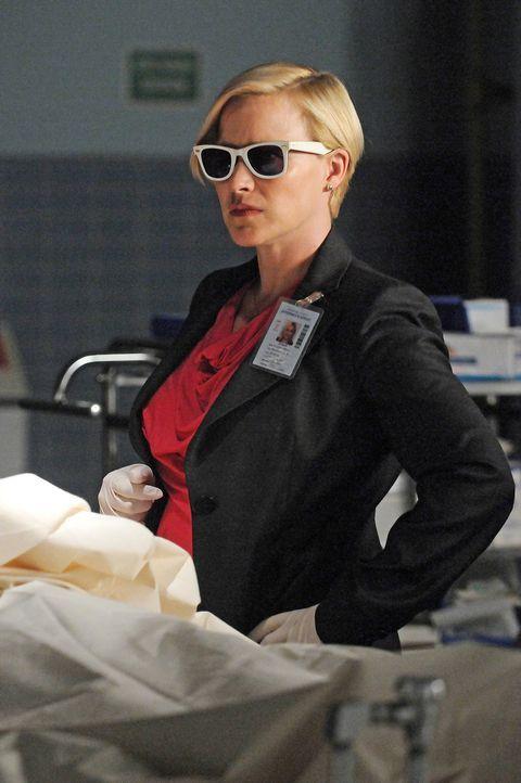 Allison Dubois (Patricia Arquette) glaubt an eine Allergie, als sie plötzlich extrem lichtempfindlich wird ... - Bildquelle: Paramount Network Television