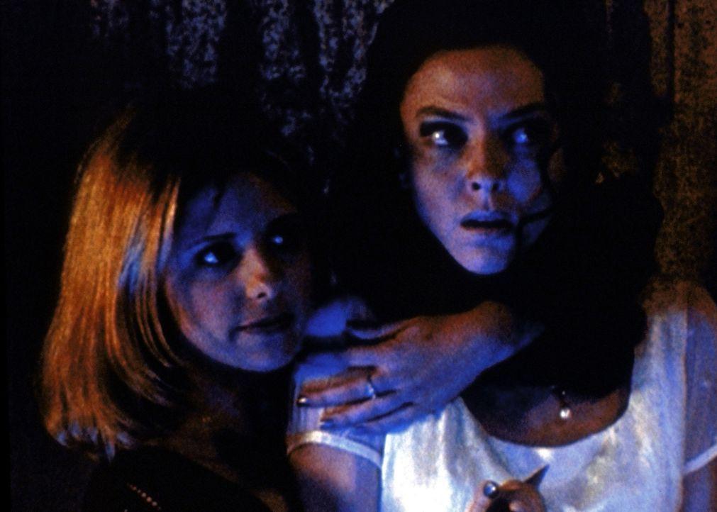 Buffy (Sarah Michelle Gellar, l.) hat Drusilla (Juliet Landau, r.) als Geisel genommen. Sie sieht darin ihre einzige Chance, andere Opfer zu befreien. - Bildquelle: TM +   2000 Twentieth Century Fox Film Corporation. All Rights Reserved.