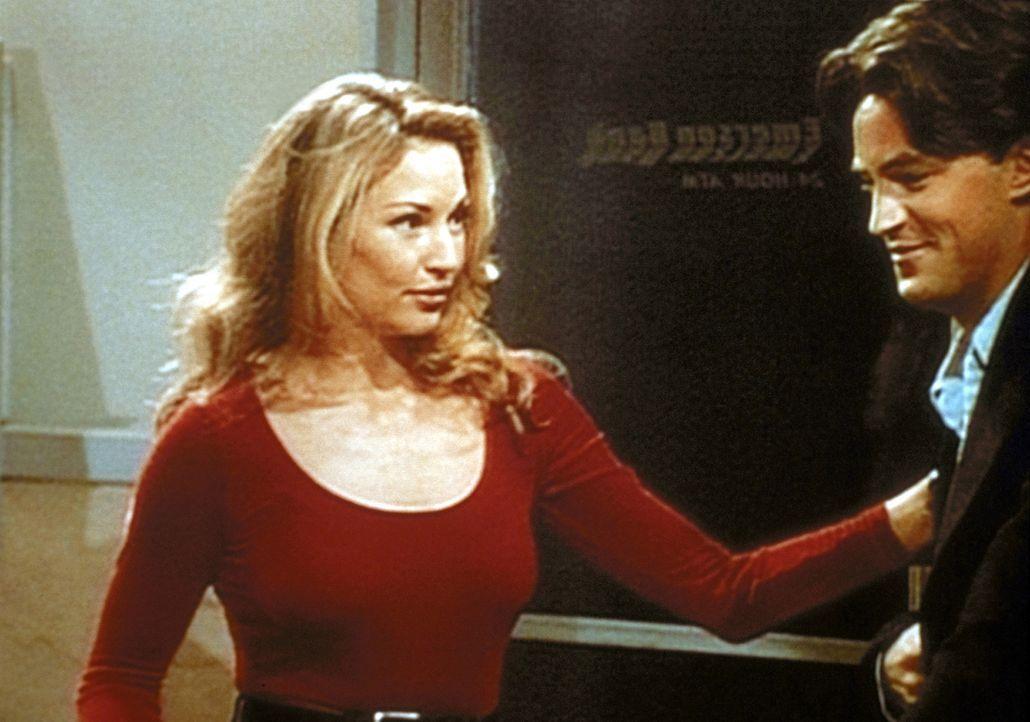 Chandler (Matthew Perry, r.) ist während eines Stromausfalls mit dem attraktiven Model Jill (Jill Connick, l.) in einer Bank eingeschlossen und ver... - Bildquelle: TM+  2000 WARNER BROS.