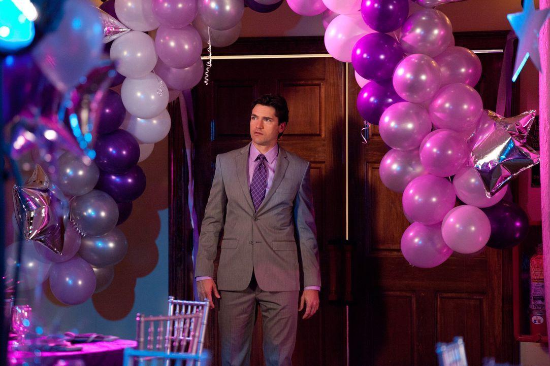 Grayson (Jackson Hurst) taucht plötzlich auf dem Ball auf ... - Bildquelle: 2011 Sony Pictures Television Inc. All Rights Reserved.