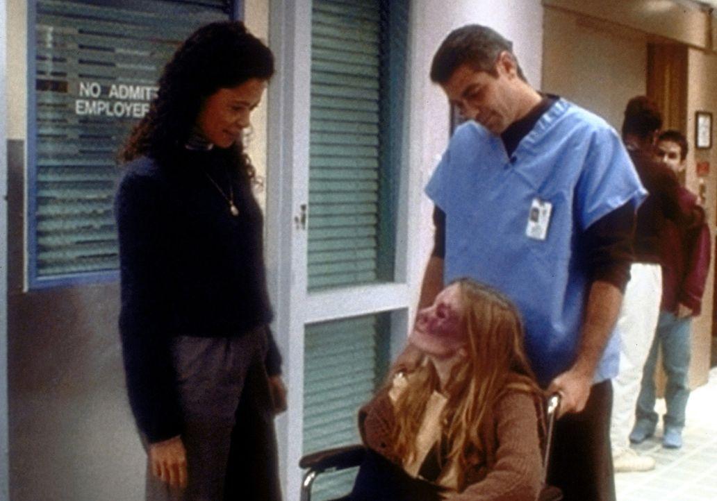 Aufopfernd nimmt sich Dr. Douglas Ross (George Clooney, r.) der vergewaltigten Charlie (Kirsten Dunst, M.) an ... - Bildquelle: TM+  2000 WARNER BROS.
