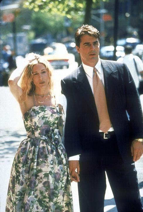 Carrie (Sarah Jessica Parker, l.) versucht, einige von Mr. Bigs (Chris Noth, r.) langweiligsten und nervtötendsten Verhaltensweisen zu ändern, dass... - Bildquelle: 2001 Paramount Pictures