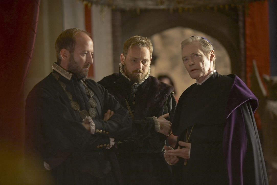 Sind der Meinung, dass Königin Catherine dem protestantischen Glauben angehört: Bishop Gardner (Simon Ward, r.), Lord Rich (Rod Hallett, M.) und L... - Bildquelle: 2010 TM Productions Limited/PA Tudors Inc. An Ireland-Canada Co-Production. All Rights Reserved.