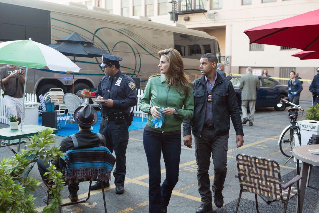 Kate Beckett (Stana Katic, M.) und Javier Esposito (Jon Huertas, r.) nehmen die Ermittlungen im Fall eines ermordeten Musikers auf ... - Bildquelle: 2012 American Broadcasting Companies, Inc. All rights reserved.