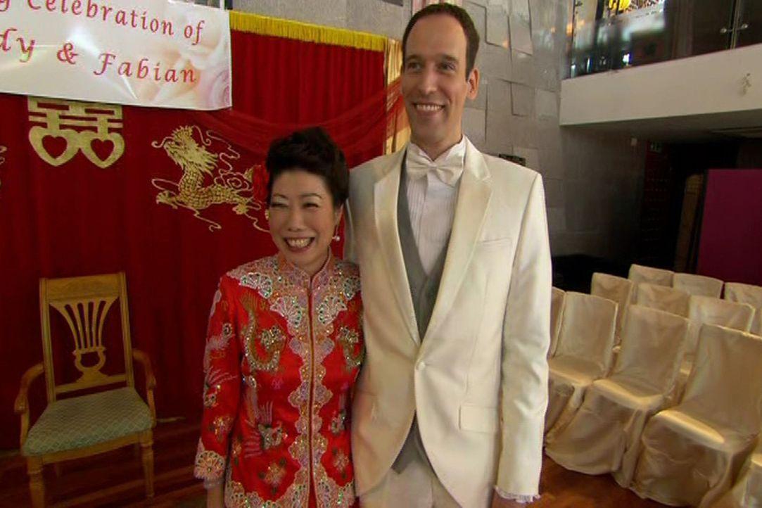 Die Halbchinesin Wendy (l.) ehelicht den Deutschen Fabian (r.) und gefeiert wird in einem traditionellen China-Restaurant. - Bildquelle: ITV Studios Limited 2012