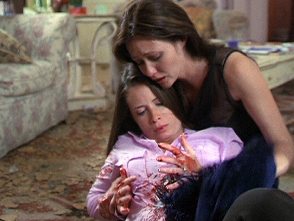 Prue (Shannen Doherty, r.) ist verzweifelt: Eine Verrückte hat auf ihre Schwester Piper (Holly Marie Combs, l.) geschossen ... - Bildquelle: Paramount Pictures