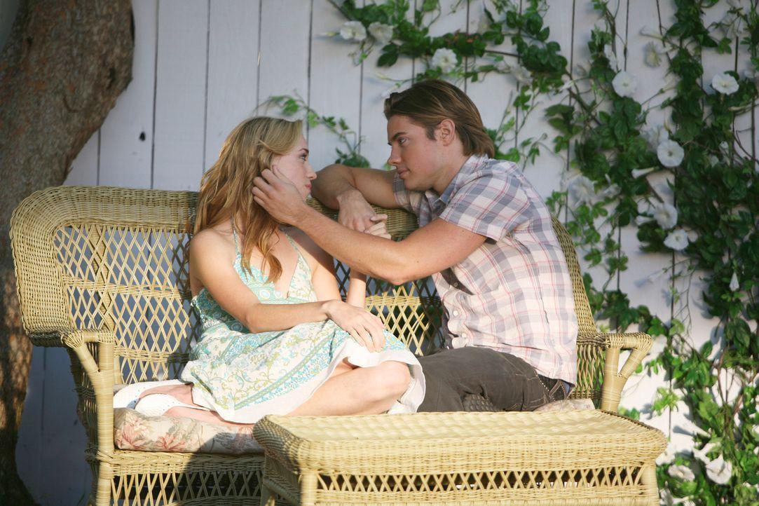 Julie (Andrea Bowen, l.) und Austin (Josh Henderson, r.) kommen sich für Susans Begriffe zu nah und sie versucht vergeblich, die beiden wieder ausei... - Bildquelle: 2005 Touchstone Television  All Rights Reserved