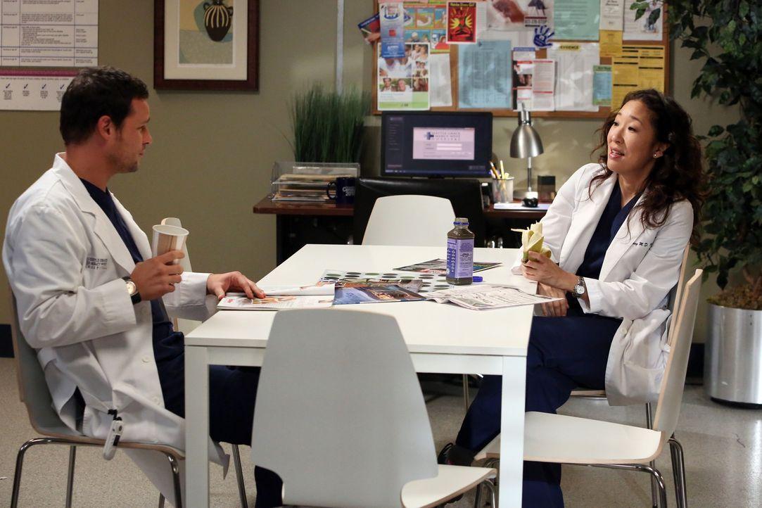 Machen sich Sorgen um Webber, der seit Adeles Tod nicht mehr operiert: Alex (Justin Chambers, l.) und Cristina (Sandra Oh, r.) ... - Bildquelle: ABC Studios