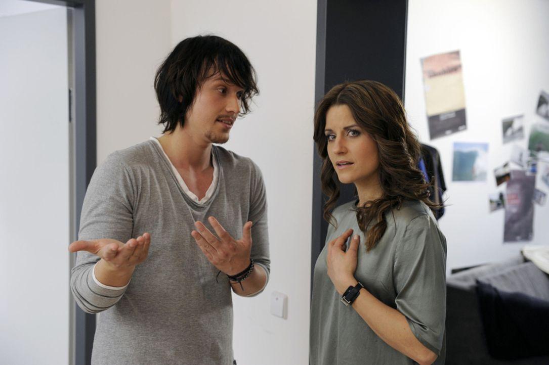 Ben (Christopher Kohn, l.) macht sich Sorgen um Bea (Vanessa Jung, r.), doch diese weist ihn zurück ... - Bildquelle: SAT.1