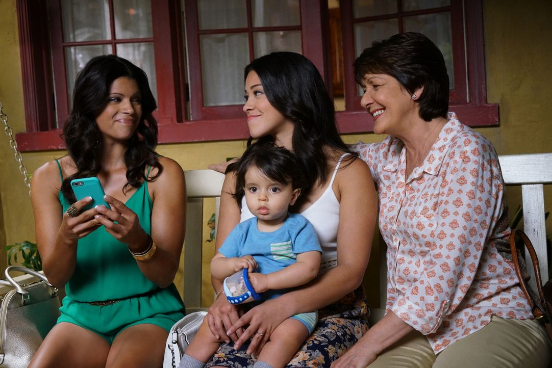 Die Hochzeitspläne laufen auf Hochtouren, doch diese werden bald jäh unterbrochen: Jane (Gina Rodriguez, M.), Alba (Ivonne Coll, r.) und Xo (Andrea... - Bildquelle: Danny Feld 2016 The CW Network, LLC. All rights reserved.