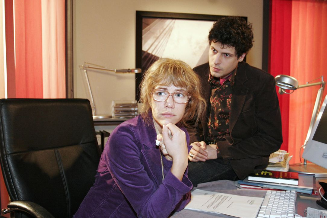 Rokko (Manuel Cortez, r.) steht der verzweifelten Lisa (Alexandra Neldel, l.) bei und beschwört sie, auf die Kraft ihrer Liebe zu vertrauen... - Bildquelle: Noreen Flynn SAT.1 / Noreen Flynn