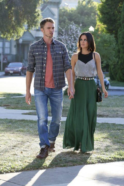Zoe (Rachel Bilson, r.) hat herausgefunden, dass Wade (Wilson Bethel, l.) Interesse an einer Person zeigt, die ihr sehr nahe steht, womit sie ganz u... - Bildquelle: Warner Brothers