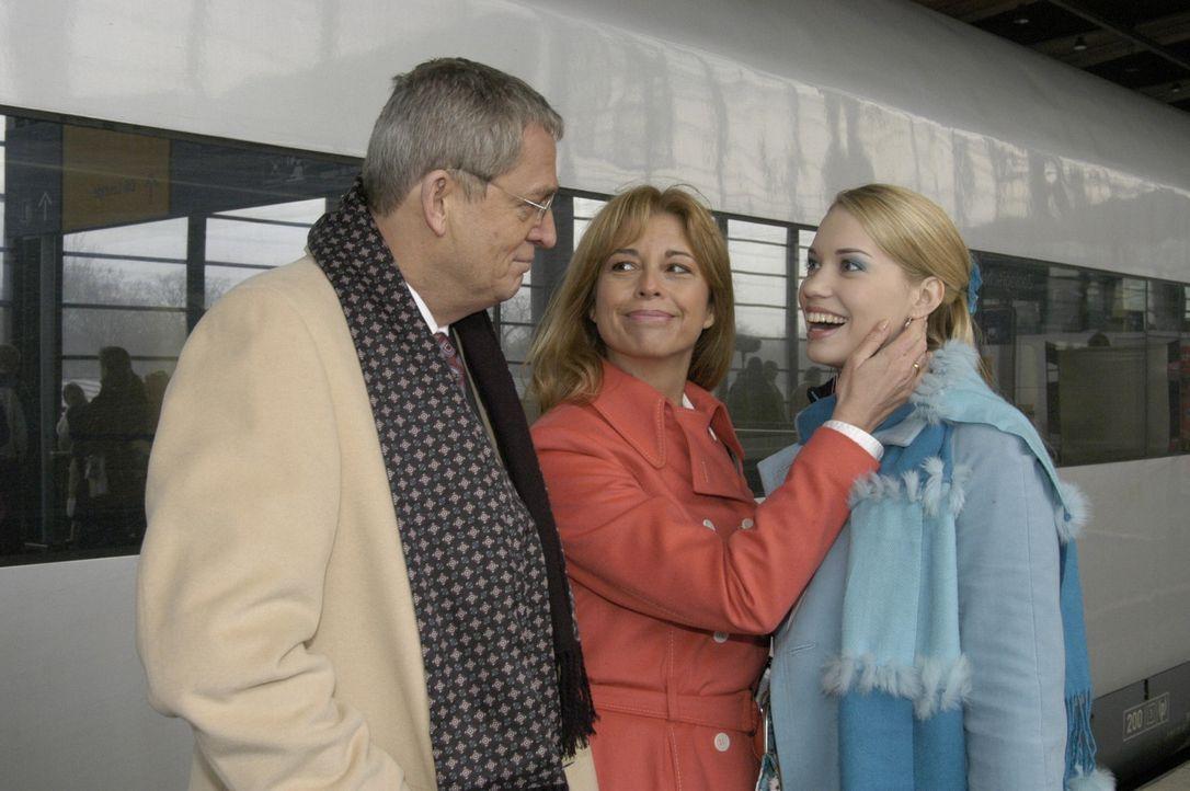 Kim (Lara-Isabelle Rentinck, r.) traut sich nicht ihren Eltern zu erzählen, dass sie aus dem Internat geflogen ist. Stattdessen gaukelt sie den ahn... - Bildquelle: Sat.1