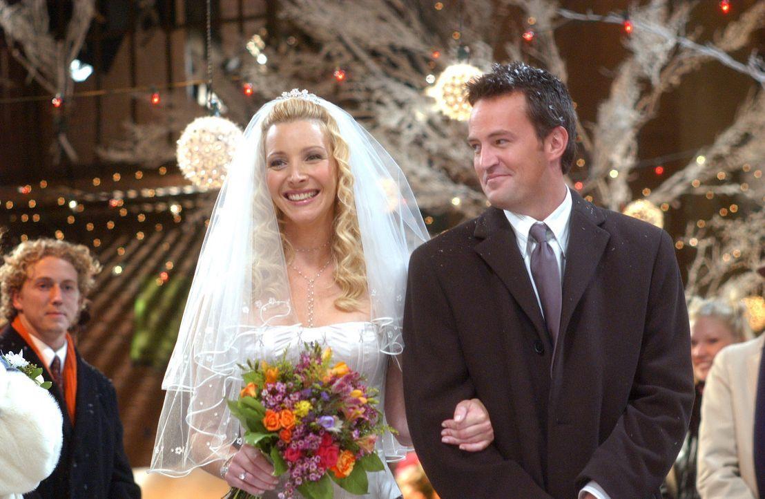 Nachdem Chandler (Matthew Perry, r.) kein Trauzeuge sein darf, erhält er die Aufgabe, Phoebe (Lisa Kudrow, l.) zum Altar zu führen ... - Bildquelle: 2003 Warner Brothers International Television