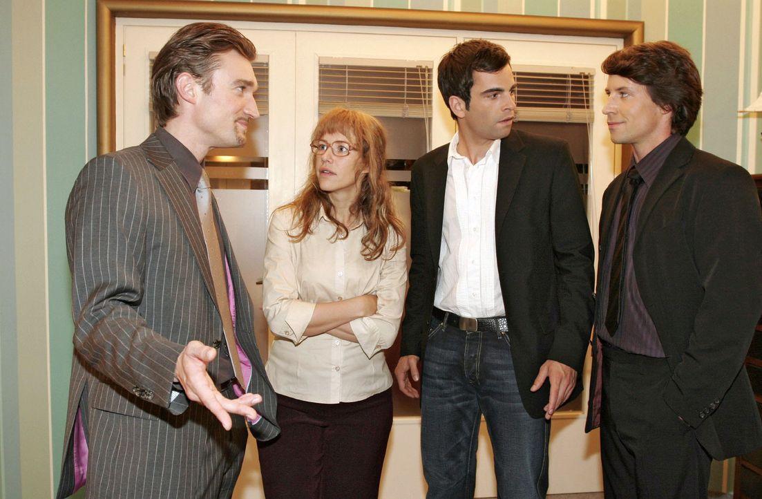 Richard (Karim Köster, l.) und Viktor (Roman Rossa, r.) haben schlechte Nachrichten für Lisa (Alexandra Neldel, 2.v.l.) und David (Mathis Künzler... - Bildquelle: Sat.1