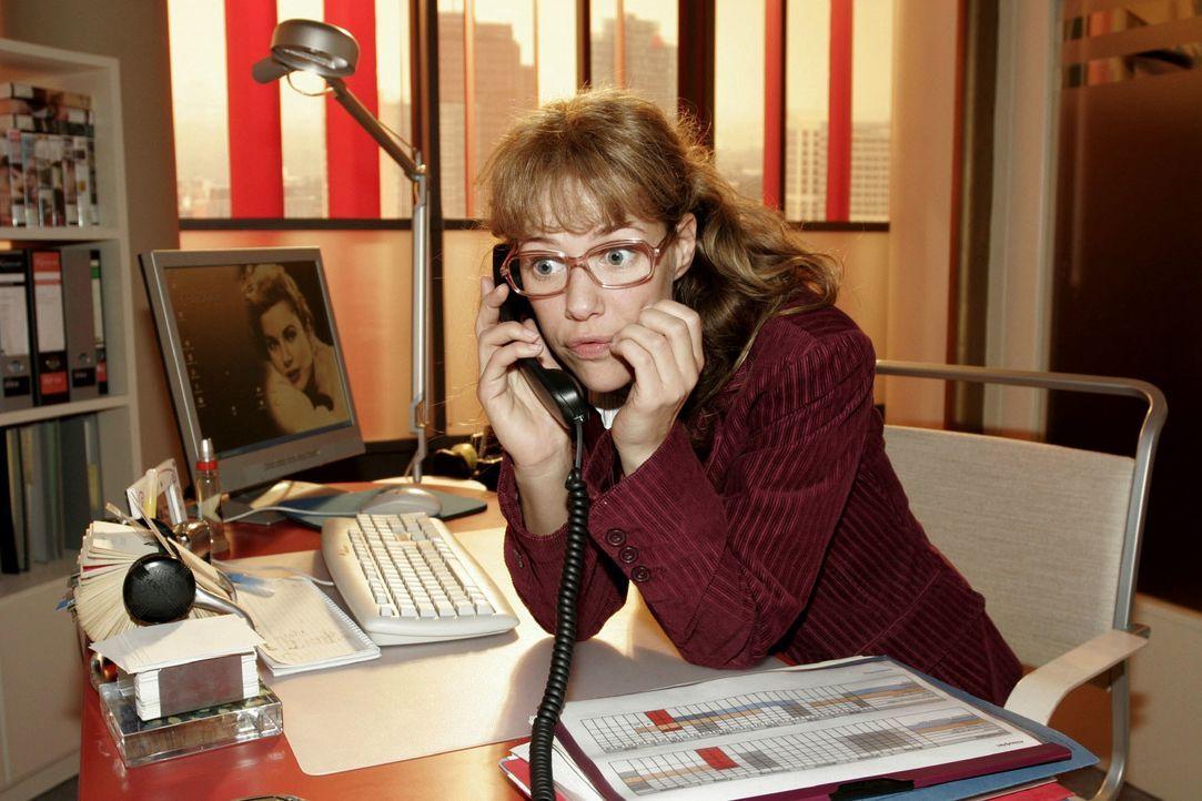 David setzt am Telefon Lisa (Alexandra Neldel) unter Druck und fordert von ihr schnelle Ergebnisse. (Dieses Foto von Alexandra Neldel darf nur in Zu... - Bildquelle: Noreen Flynn SAT.1 / Noreen Flynn