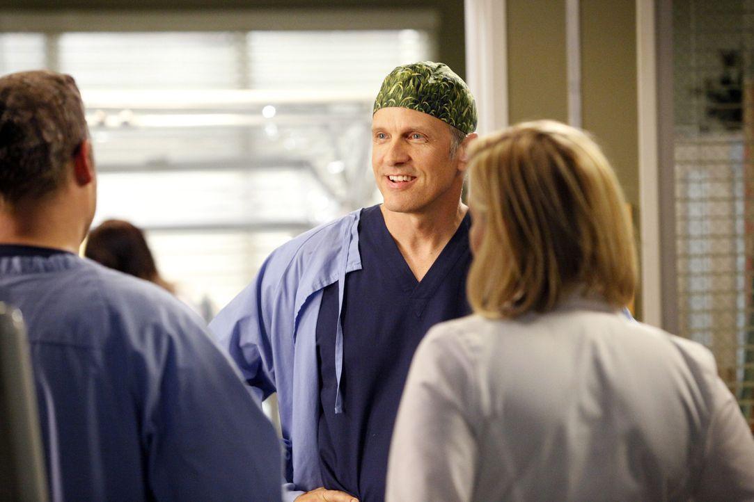 Während im Krankenhaus die Grippe ausbricht, assistieren Alex (Justin Chambers, l.) und Arizona (Jessica Capshaw, r.) dem Chirurgen Dr. Oliver Lebac... - Bildquelle: ABC Studios