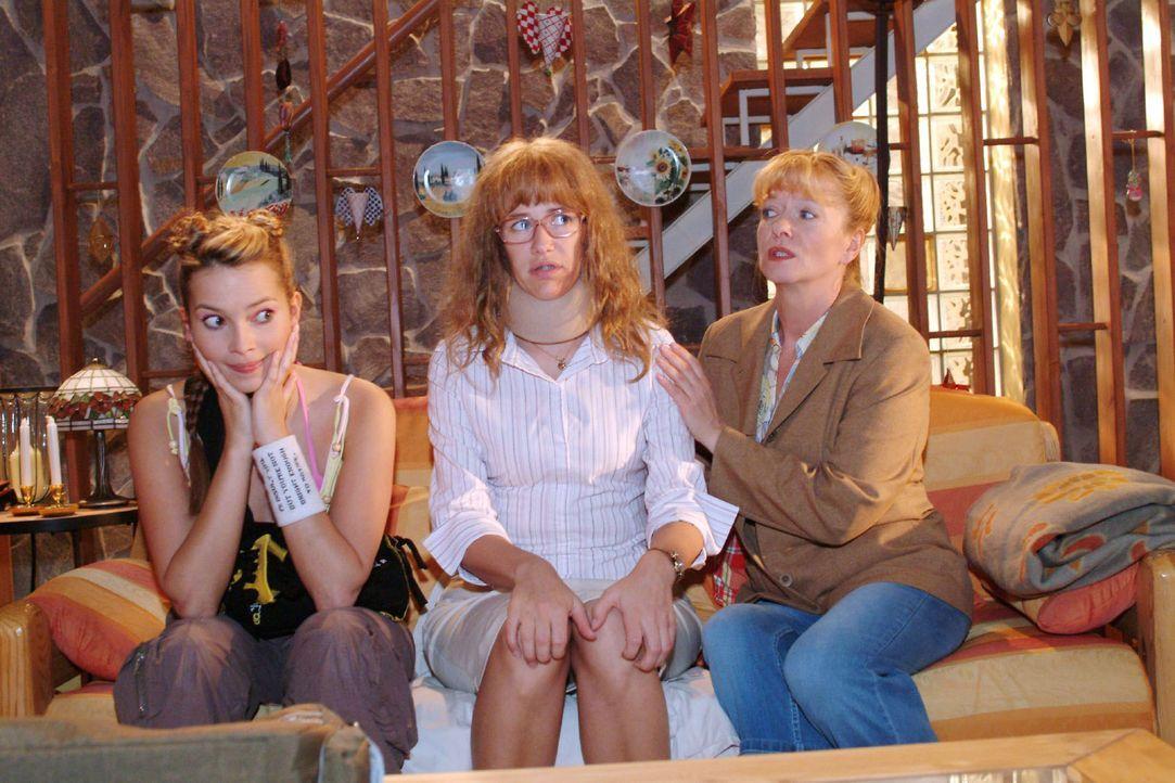 Helga (Ulrike Mai, r.) und Hannah (Laura Osswald, l.) können es nicht fassen, dass Lisa (Alexandra Neldel, M.) David in Schutz nimmt und ihre Verle... - Bildquelle: Sat.1