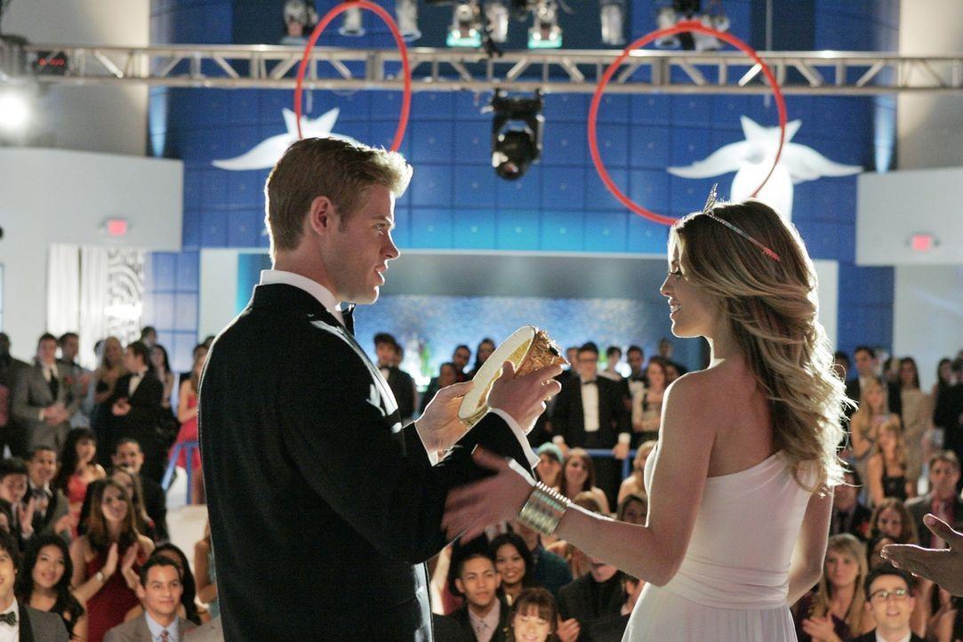Teddy (Trevor Donovan, l.) und Naomi (AnnaLynne McCord, r.) werden zum Ballkönig und zur Ballkönigin gekrönt. - Bildquelle: 2011 The CW Network. All Rights Reserved.