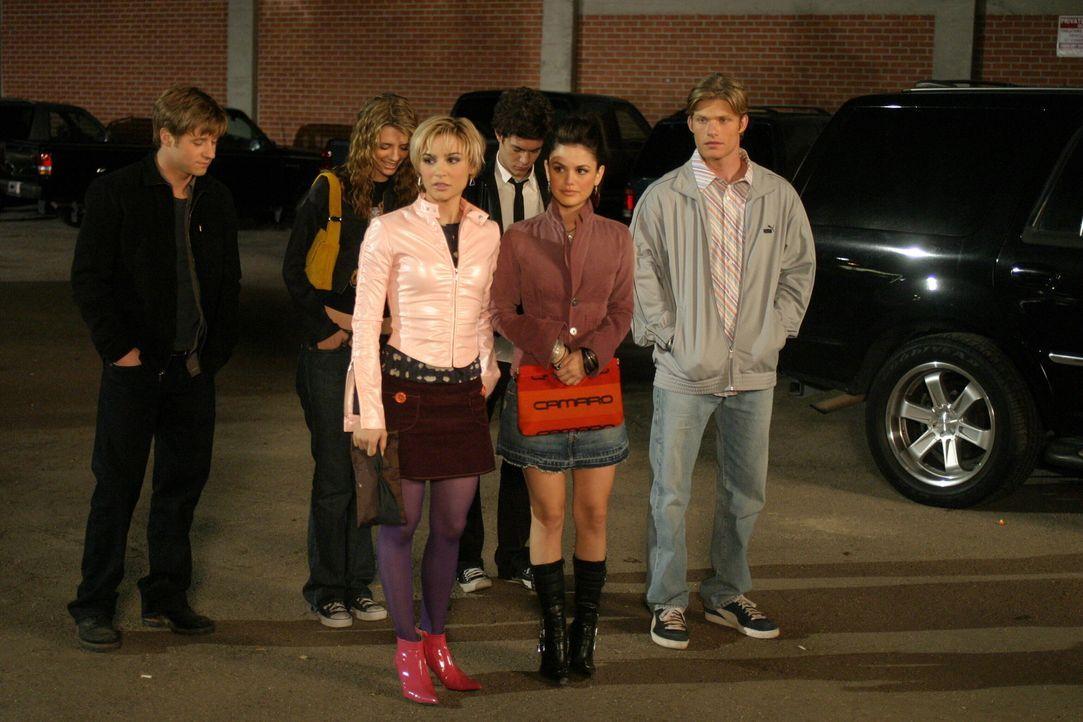 Sind von Oliver auf ein Konzert eingeladen: Ryan (Benjamin McKenzie, l.), Marissa (Mischa Barton, 2.v.l.), Anna (Samaire Armstrong, 3.v.l.), Seth (A... - Bildquelle: Warner Bros. Television