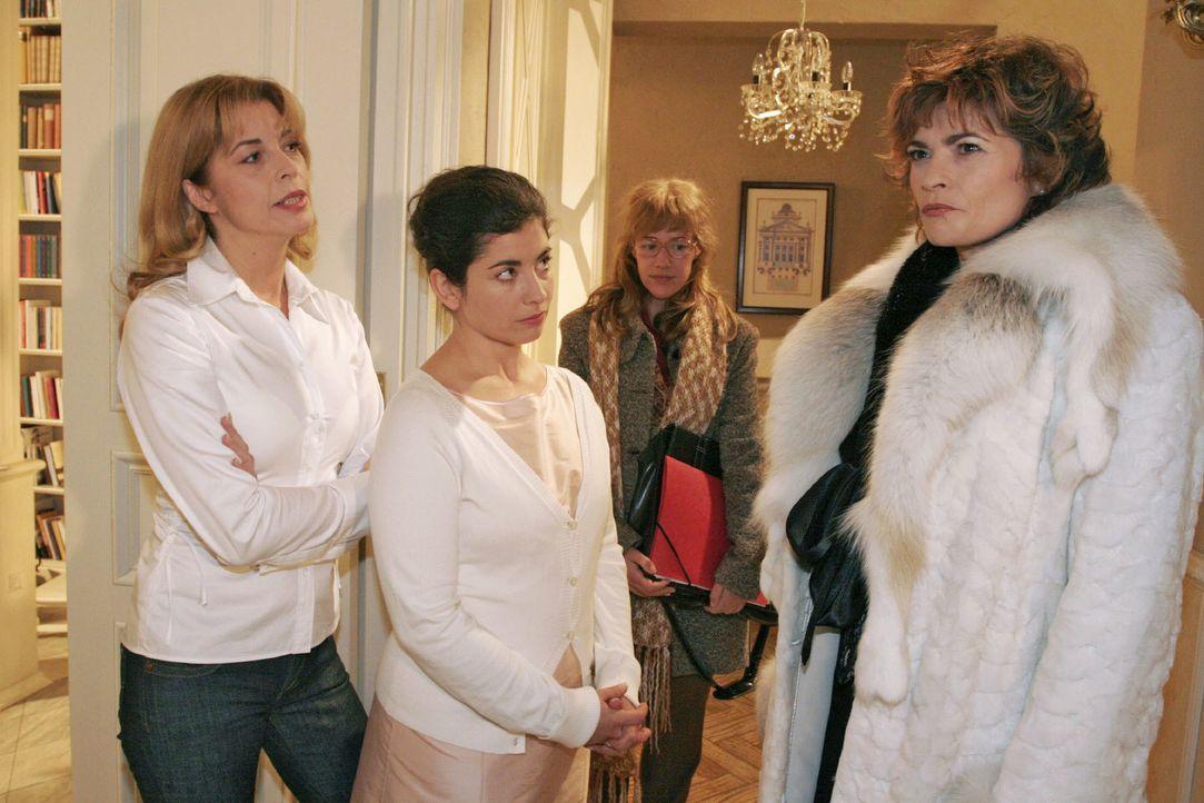 Lisa (Alexandra Neldel, 2.v.r.), die David geschäftlich sprechen möchte, bekommt mit, wie Laura (Olivia Pascal, l.) und Haushälterin Gabriele (Claud... - Bildquelle: Noreen Flynn SAT.1 / Noreen Flynn
