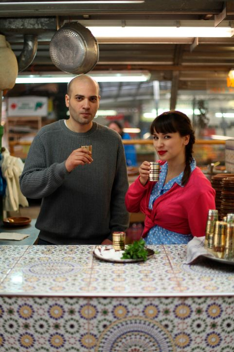 Der Klassiker Minztee bekommt für Rachel Khoo (r.) eine ganz neue Bedeutung, als Bejaoui Abderhaman (l.) ihr zeigt, wie man diesen Tee selber herst... - Bildquelle: Daniel Lucchesi Plum Pictures 2012