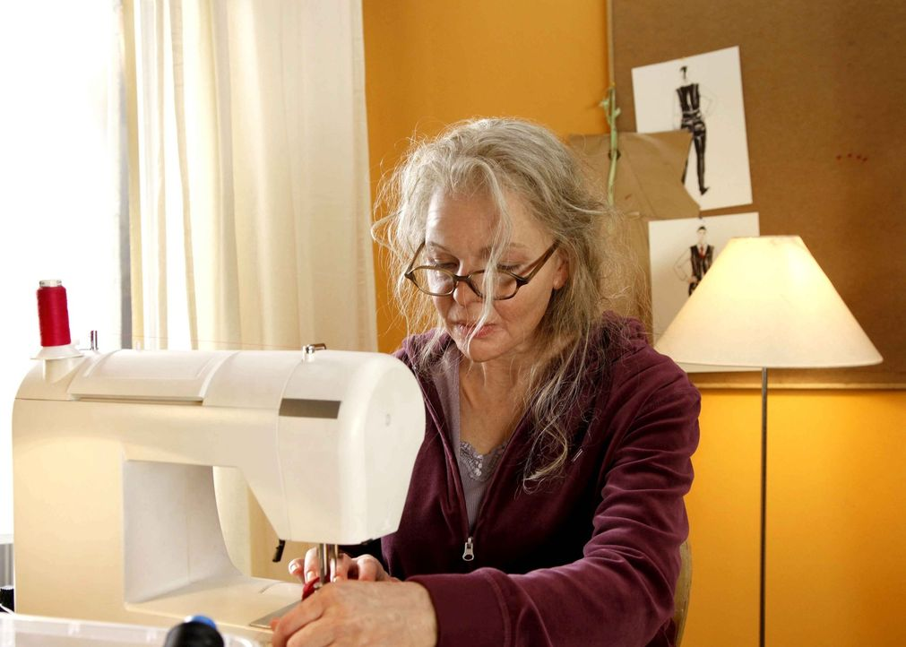 Muss eine Kollektion an Mamas alter Nähmaschine und mit den Gebrechen des Alters fertigstellen: die eigentlich blutjunge Modedesignerin Melanie (Yvo... - Bildquelle: Dominik Hatt SAT.1