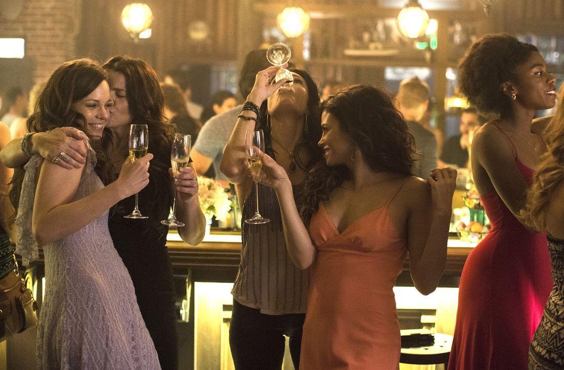 Während Ingrid (Rachel Boston, l.), Joanna (Julia Ormond, 2.v.l.), Wendy (Mädchen Amick, M.) und Freya (Jenna Dewan-Tatum, 2.v.r.) ausgelassen Gebur... - Bildquelle: 2014 Twentieth Century Fox Film Corporation. All rights reserved.