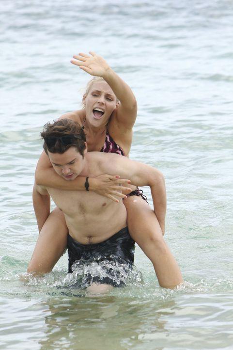 Laurie (Busy Philipps, hinten) versucht, sich durch einen Hotelflirt aufzuheitern, ist jedoch erst glücklich, wenn sie Travis (Dan Byrd, vorne) wie... - Bildquelle: 2010 ABC INC.