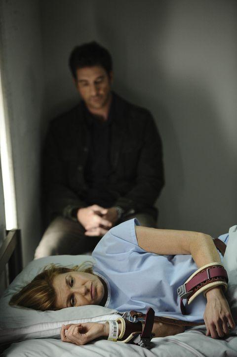 Ben (Dylan McDermott, hinten) besucht seine Frau Vivien (Connie Britton, vorne) im Krankenhaus. Sie musste gefesselt werden, nachdem sie einen Pfleg... - Bildquelle: 2011 Twentieth Century Fox Film Corporation. All rights reserved.