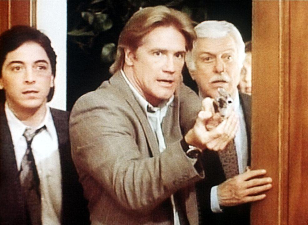 Jack (Scott Baio, l.), Steve (Barry Van Dyke, M.) und Dr. Sloan (Dick Van Dyke, r.) überraschen einen Mörder. - Bildquelle: Viacom