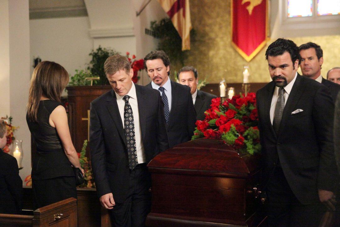 Geben Mike das letzte Geleit: Susan (Teri Hatcher, l.), Tom (Doug Savant, 2.v.l.), Ben (Charles Mesure, 3.v.l.), Carlos (Ricardo Antonio Chavira, 3.... - Bildquelle: ABC Studios