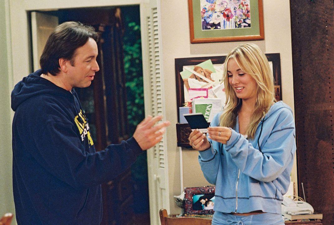 Eigentlich wollte Paul (John Ritter, l.) in Ruhe ein Footballspiel ansehen, doch seine Tochter Bridget (Kaley Cuoco, r.) sorgt dafür das dies nicht... - Bildquelle: ABC, Inc.