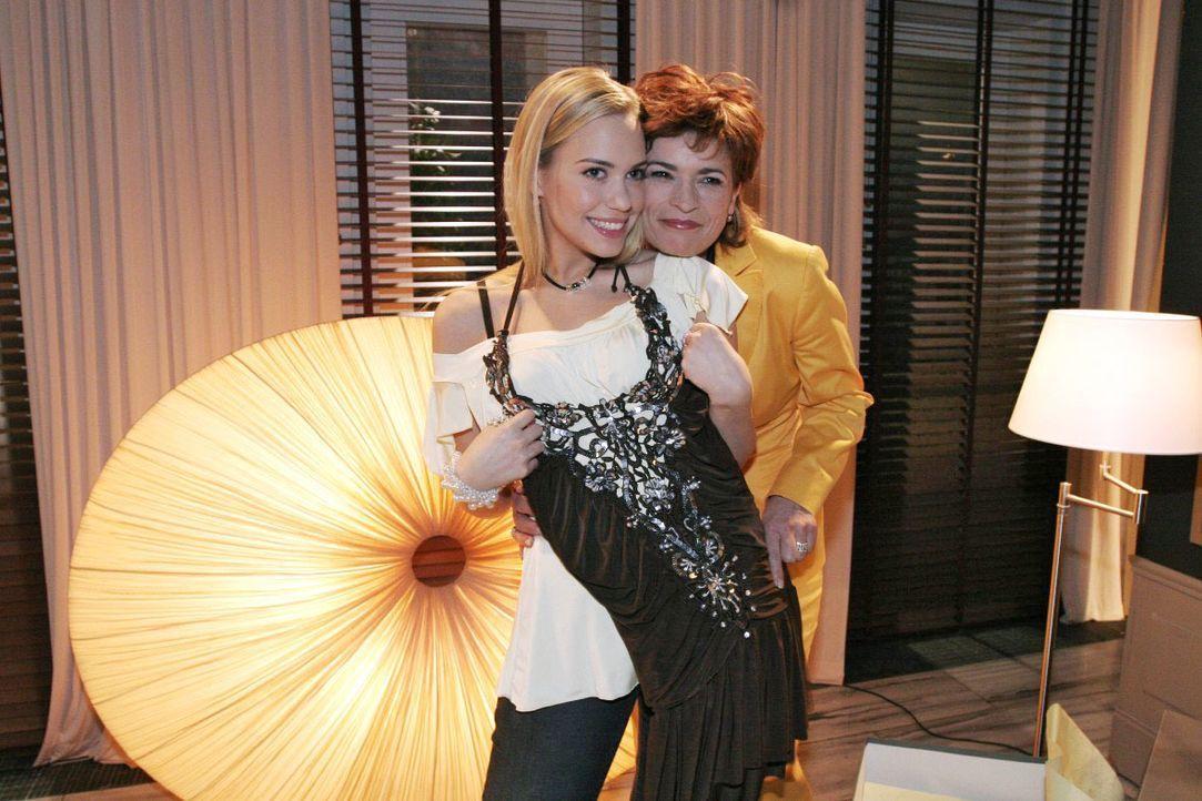Kim (Lara-Isabelle Rentinck, l.) genießt ihre Ungebundenheit bei Sophie (Gabrielle Scharnitzky, r.) in vollen Zügen. - Bildquelle: Noreen Flynn SAT.1 / Noreen Flynn