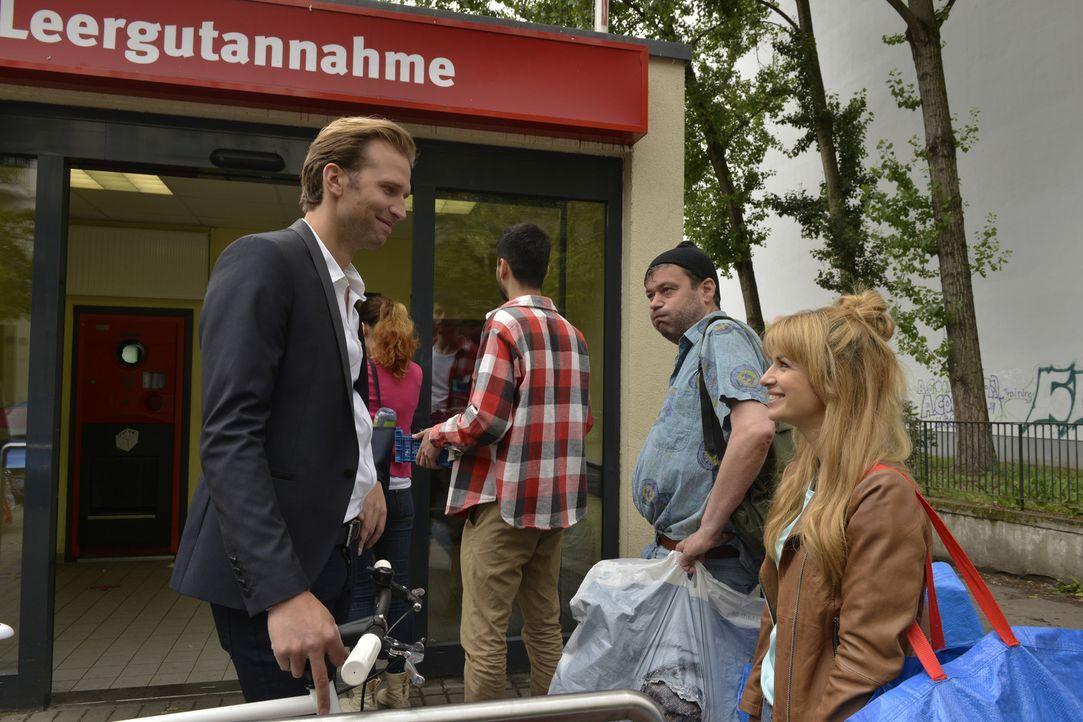 Ausgerechnet am Pfandautomaten trifft Mila (Susan Sideropoulos, r.) ihren Märchenprinzen: Markus (Tillbert Strahl, l.) ... - Bildquelle: Oliver Ziebe SAT.1