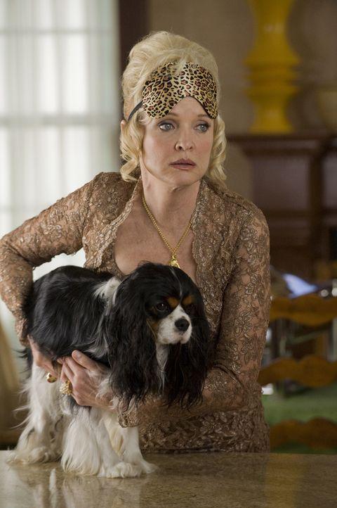 """Miss Newbergs (Christine Ebersole) Hund ist 13 geworden und feiert seine """"Bar Mitzwau"""" ... - Bildquelle: Universal Studios"""