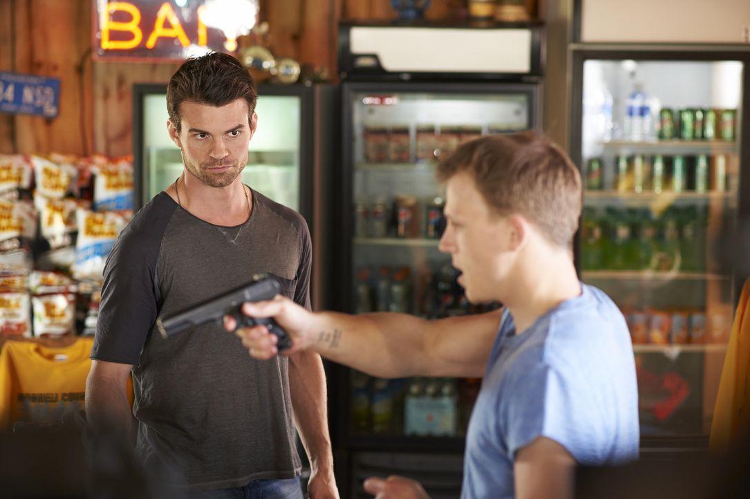 Als Joel (Daniel Gillies, l.) und Alex, meilenweit entfernt von der nächsten Stadt, in einen Überfall verwickelt werden, müssen sie plötzlich um das... - Bildquelle: 2013  Hope Zee Two Inc.
