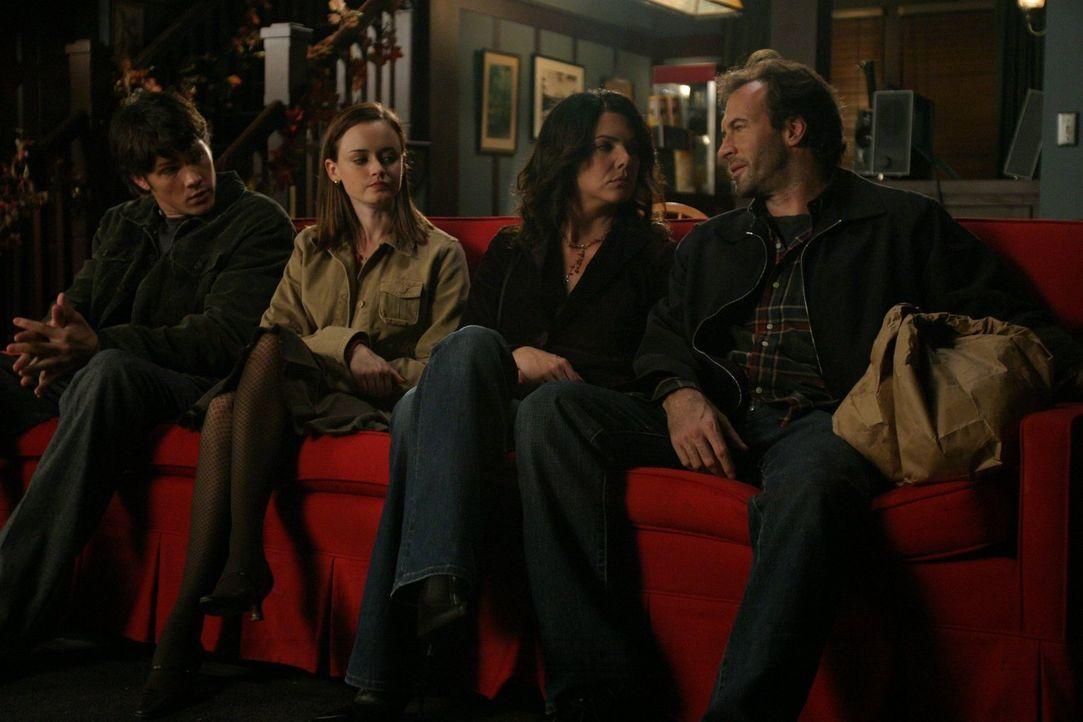 Das gemeinsam Doppeldate von Rory (Alexis Bledel, 2.v.l.), Dean (Jared Padalecki, l.), Lorelai (Lauren Graham, 2.v.r.) und Luke ( Scott Patterson, r... - Bildquelle: 2004 Warner Bros.