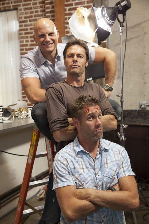 Die Schreiner Chip (hinten), Karl (Mitte) und Jeff (r.) geben ihr Bestes, um ihre Designer dabei zu unterstützen, das perfekte Sofa zu zaubern ... - Bildquelle: 2015 Warner Bros.