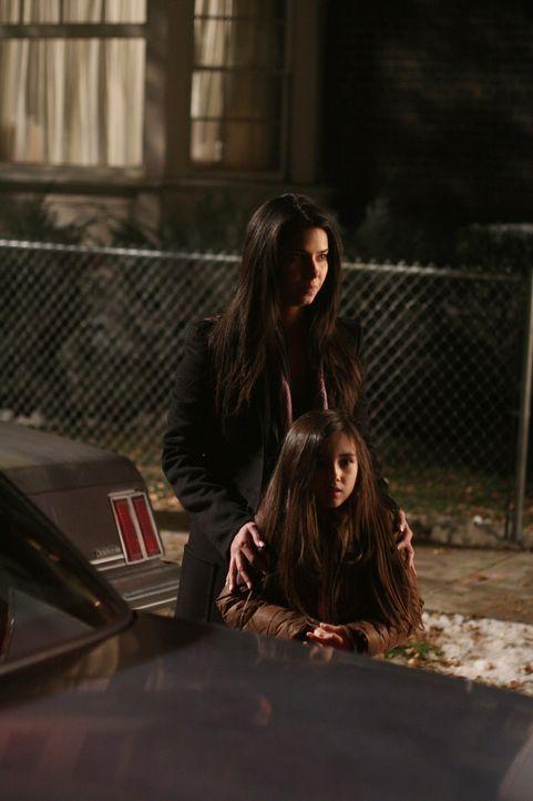 Es ist alles gut ausgegangen und Elena (Roselyn Sanchez, vorne) kann ihre Tochter Sofie (Ashlyn Sanchez, vorne) wieder in den Armen halten .... - Bildquelle: Warner Bros. Entertainment Inc.