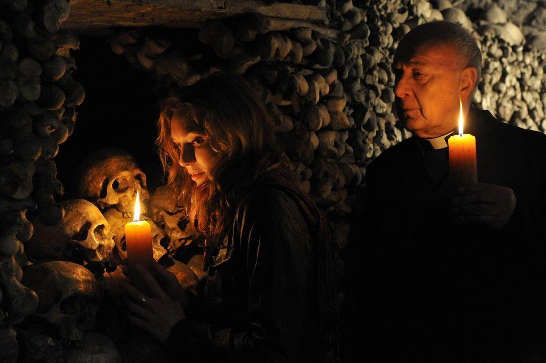 Die Zeit drängt: Kirsten (Eleanor Tomlinson, l.) muss die Leiche des Babys der Hexe Hepzibah finden, ansonsten droht ihr selbst der Tod ... - Bildquelle: Ibra Ibrahimovic ProSieben