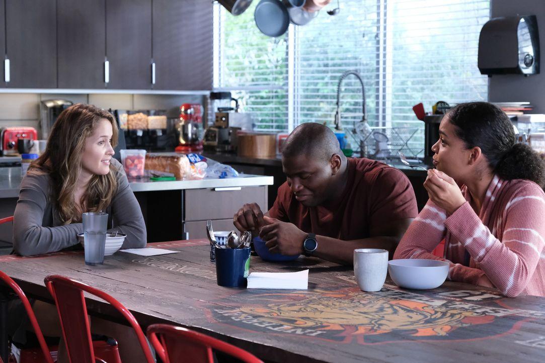 "(v.l.n.r.) Andy Herrera (Jaina Lee Ortiz); Dean Miller (Okieriete Onaodowan); Victoria ""Vic"" Hughes (Barrett Doss) - Bildquelle: Erin Simkin 2020 American Broadcasting Companies, Inc. All rights reserved. / Erin Simkin"