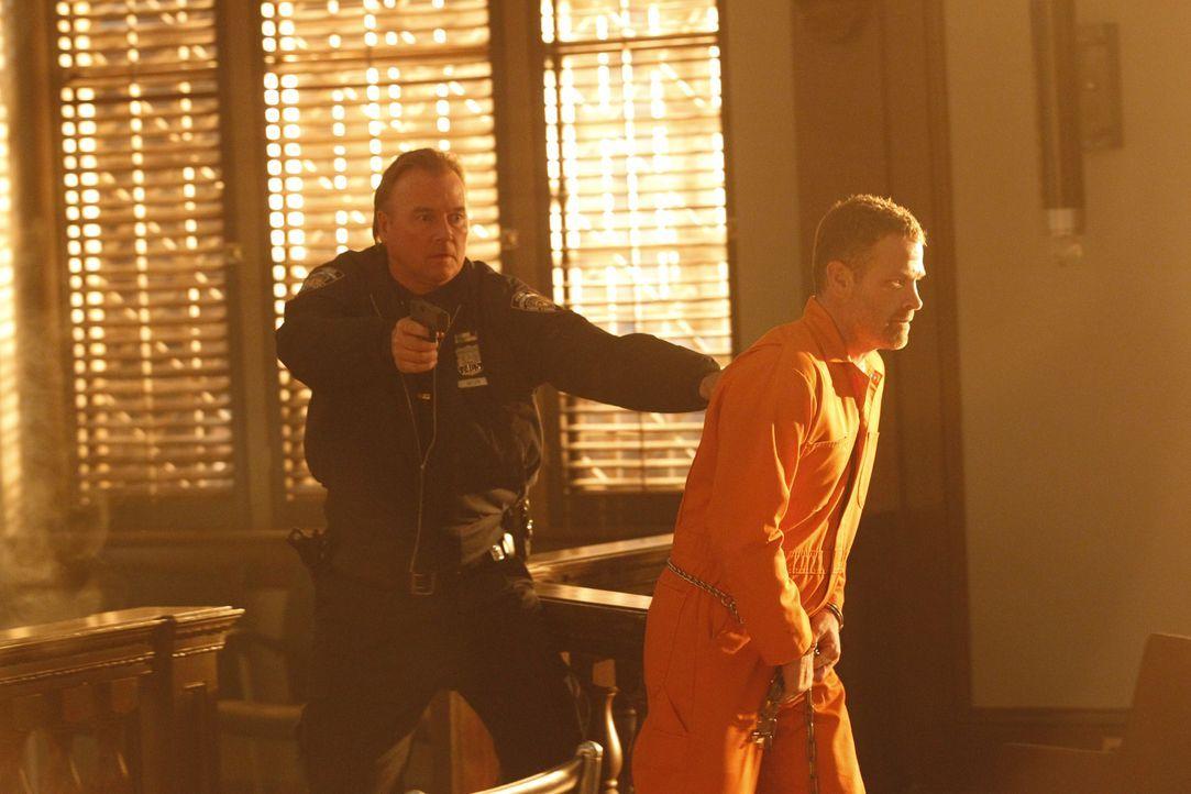 Mit Hilfe zweier falscher Polizisten gelingt Hal Lockwood (Max Martini, r.) die Flucht aus dem Gerichtssaal ... - Bildquelle: ABC Studios