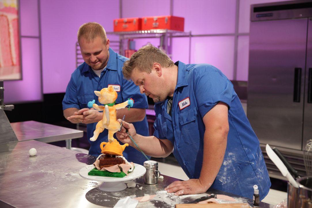 """Können Assistent Michael Bradbury (l.) und Bäcker Mike Elder (r.) die Jury mit ihrem """"The Sound of Music""""-Kuchen überzeugen und damit den $10000 ein... - Bildquelle: 2015, Television Food Network, G.P. All Rights Reserved"""